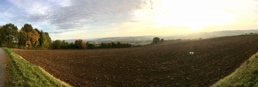 Opkomende zon over het Limburgse landschap