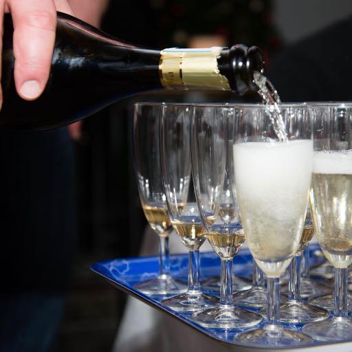Het inschenken van champagne
