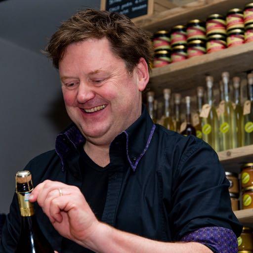 Rob maakt een fles champagne open