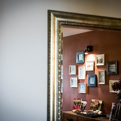Spiegel aan de wand