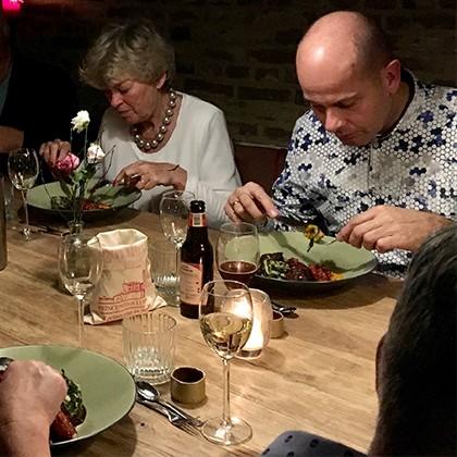 Gasten genieten van het Italiaanse eten