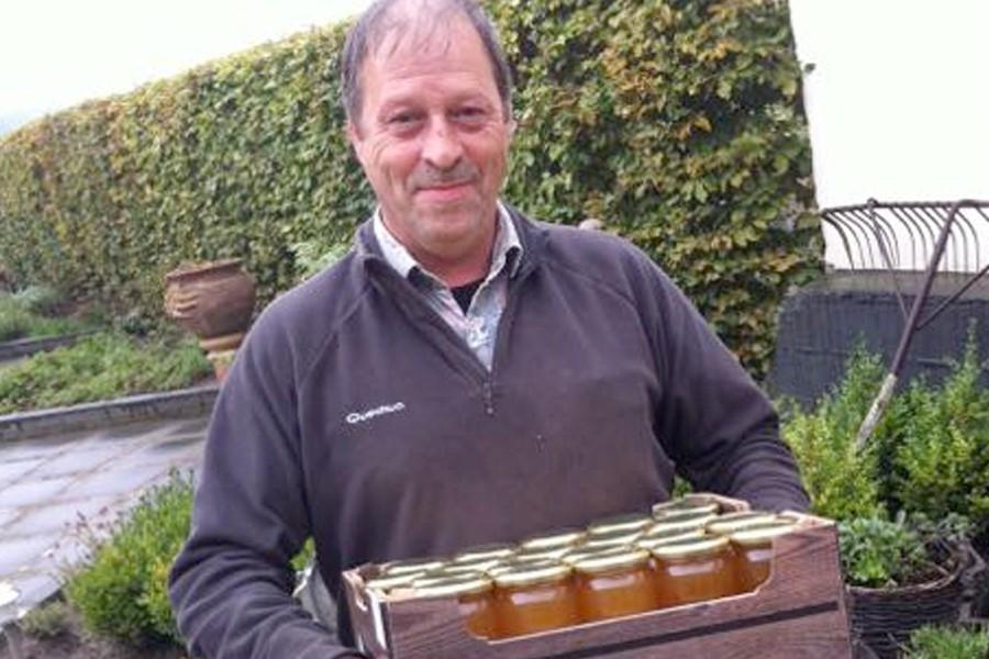 Honing van John en zijn bijen