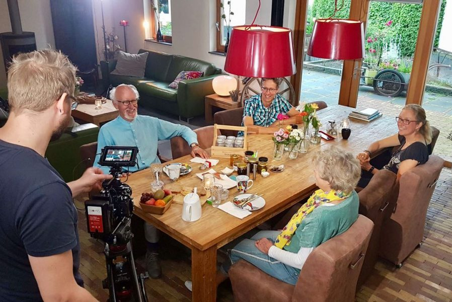 Douglas Robson filmt het ontbijt bij Dalauro Bed & Breakfast