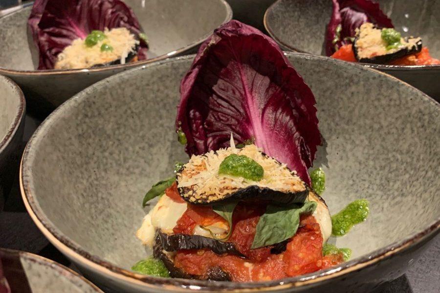 Melanzane alla Parmigiana aan de gastentafel bij Dalauro Bed & Breakfast
