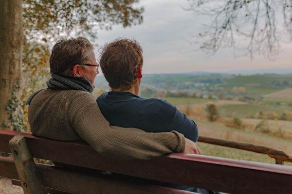 Laura en Rob rusten uit op een bankje